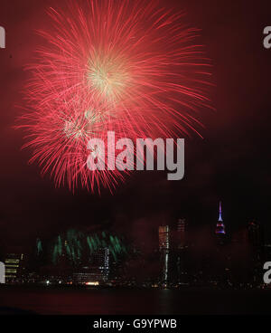 New York, USA. 4th July, 2016. Fireworks are seen over the East River during the Macy's 4th of July Fireworks 2016 - Stock Photo