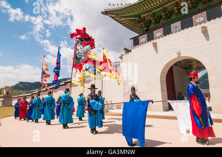 Changing of the guard at Gwanghwamun, main gate, Gyeongbokgung Palace, Jongno-gu, Seoul, South Korea - Stock Photo