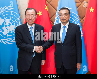 Beijing, China. 8th July, 2016. Chinese Premier Li Keqiang (R) meets with UN Secretary-general Ban Ki-moon in Beijing, - Stock Photo