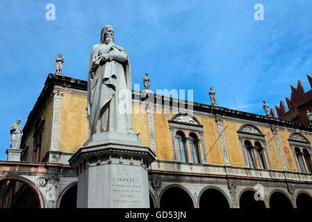 Dante-Statue, Piazza dei Signori, Altstadt, Verona, Venetien, Provinz Verona, Italien, Dante Alighieri, Dante Allighieri - Stock Photo
