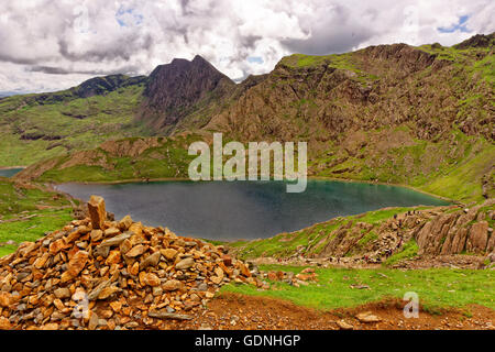 Cairn and Glaslyn lake from the Pyg track just below Mount Snowdon in Snowdonia National Park, Gwynedd, North Wales. - Stock Photo