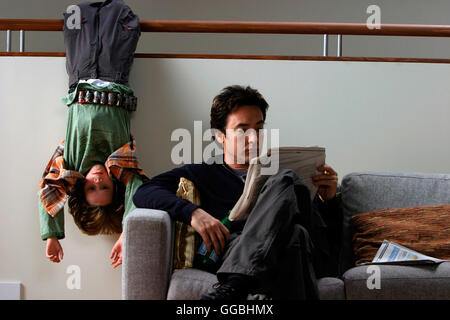 Mein Kind vom Mars / BOBBY COLEMAN and JOHN CUSACK with newspaper Regie: Menno Meyjes aka. The Martian Child - Stock Photo