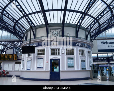 Entrance, circular concourse and ticket office area, Stirling Railway Station, Stirling, Scotland, UK. - Stock Photo