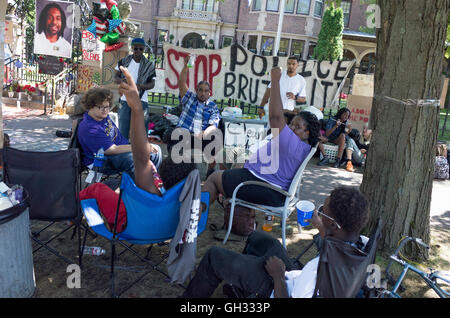 Philando Castle protesters in front of governor's mansion acknowledging supporting honk of passing car St Paul Minnesota - Stock Photo
