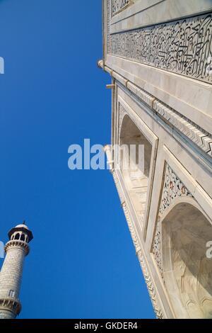 Detail of Taj Mahal mausoleum,  calligraphy of teachings from the Koran in Arabic writing on pishtaq arch, Agra - Stock Photo