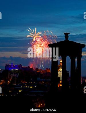 Edinburgh, Scotland, UK. 27th August, 2016. Edinburgh tattoo fireworks, last early evening Saturday performance - Stock Photo