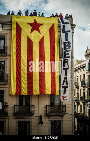 Barcelona, Spain. 24th September, 2016:  Pro-independence supporters hang a giant 'estelada' flag on the facade - Stock Photo