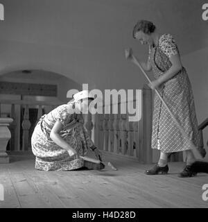 BdM Mädchen beim Stuben- und Revierreinigen in der Haushaltungsschule Greifenberg, Deutschland 1930er Jahre. BdM - Stock Photo