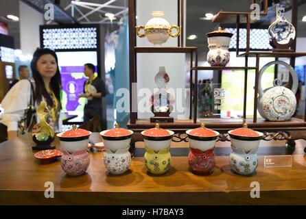 Xiamen, China's Fujian Province. 4th Nov, 2016. People visit the 9th Cross-strait (Xiamen) Cultural Industries Fair - Stock Photo