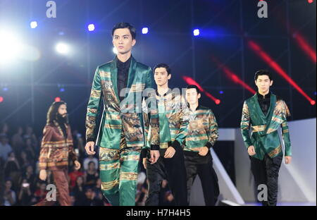 Xiamen, China's Fujian Province. 5th Nov, 2016. Models present creations during the opening ceremony of Xiamen International - Stock Photo