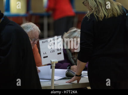 Louisville, Kentucky, USA. 8th Nov, 2016. Poll workers check voters identification against rolls at Seneca High - Stock Photo