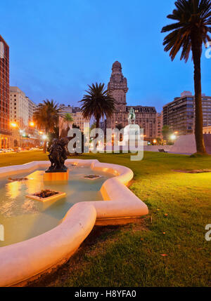 Uruguay, Montevideo, Twilight view of the Independence Square. - Stock Photo