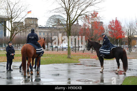 Berlin, Germany. 17th Nov, 2016. Mounted police officers in front of the Federal Chancellery in Berlin, Germany, - Stock Photo