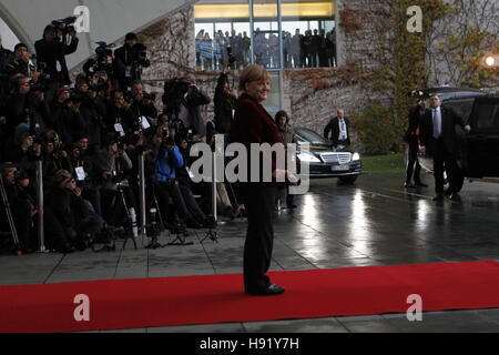 Berlin, Germany. 17th Nov, 2016. Federal Chancellor Angela Merkel on the red carpet in front of the Federal Chancellery. - Stock Photo