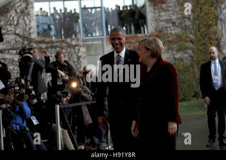 Berlin, Germany. 17th Nov, 2016. President Barack Obama and Federal Chancellor Angela Merkel on the red carpet in - Stock Photo