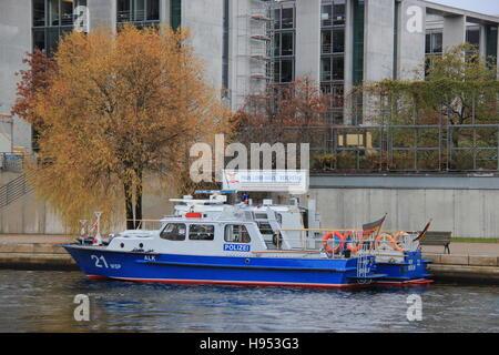 Berlin, Germany. 17th Nov, 2016. A police boat rides down the Spree river during US President Obama's visit in Berlin, - Stock Photo