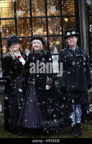 Haworth, UK. 19th Nov, 2016. Three women dressed in top hats and long coats during snow, Haworth, 19th November - Stock Photo