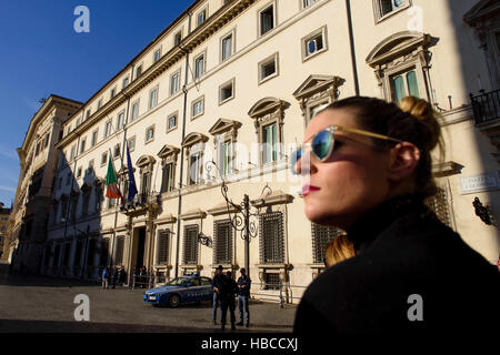 Rome, Italy. 5th Dec, 2016. A tourists stands in front of the Palazzo Chigi, the official residence of the Italian - Stock Photo