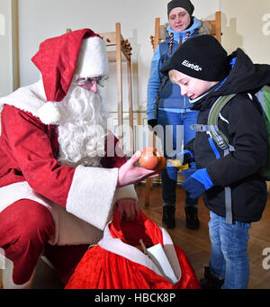 Erfurt, Germany. 06th Dec, 2016. Santa Claus distributes small presents to children during the opening of the Restaurant - Stock Photo