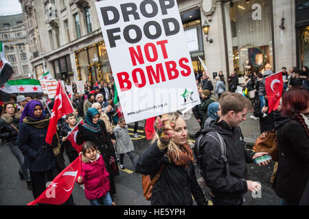 London, UK. 17th December, 2016. The March for Aleppo, organised by the Syria Solidarity Campaign, passes through - Stock Photo