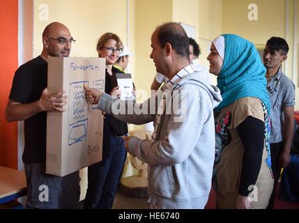 Berlin, Germany. 23rd Sep, 2016. Refugees (r) learn german using the Liechtenstein Method in Berlin, Germany, 23 - Stock Photo