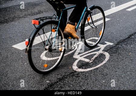 Berlin, Germany. 17th Nov, 2016. Cyclist in Berlin taken on 17.11.2016 in Berlin. Photo: picture alliance/Robert - Stock Photo