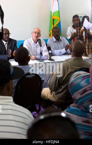 Members of the panel applaud as U.S. Ambassador to Djibouti, James C. Swan, speaks in the library at Ali Sabieh - Stock Photo