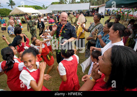 090724-N-9689V-004 FALELOA, Tonga (July 24, 2009) Royal New Zealand Navy Petty Officer Richard Boyd dances with - Stock Photo