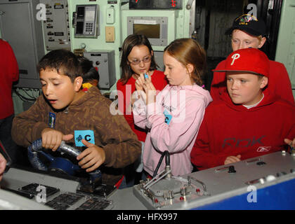 090515-N-0515W-086  SAN DIEGO (May 15, 2009) Students from Gerald R. Ford Elementary School man the helm of the - Stock Photo