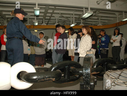 090515-N-7451A-001  SAN DIEGO (May 15, 2009) Boatswain Mate 2nd Class Ashley Bevan explains the anchor chain to - Stock Photo