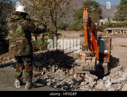 051118-N-1261P-058 Muzaffarabad, Pakistan (Nov. 18, 2005) - U.S. Navy Chief Utilitiesman Collie Merchant directs - Stock Photo