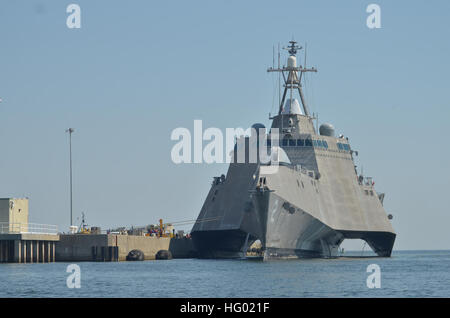 110912-N-AU606-002 PENSACOLA, Fla. (Sept. 12, 2011) The littoral combat ship USS Independence (LCS 2) makes preparations - Stock Photo