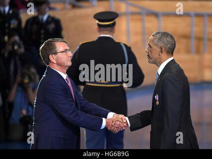 Washington, DC, USA. 4th Jan, 2017. U.S. President Barack Obama(R) shakes hands with Defense Secretary Ash Carter - Stock Photo