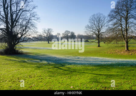 Looking across Prospect Park in Reading on a frosty morning. - Stock Photo