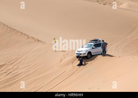 Jeep stuck on a sand dune in Badain Jaran Desert, Inner Mongolia, China. - Stock Photo