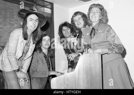 Singer Vera Lynn, 55, joins the Slade pop group around a piano in London. They were all guests at a lunch for the - Stock Photo