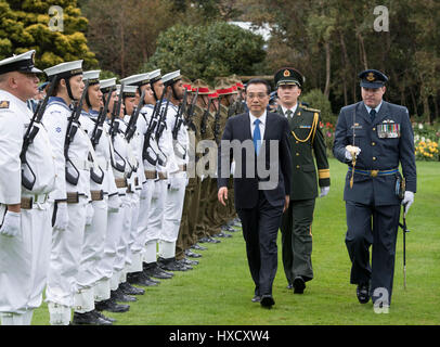 Wellington, New Zealand. 27th Mar, 2017. Chinese Premier Li Keqiang (front) attends a welcome ceremony held by his - Stock Photo