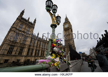 Westminster Bridge, London, UK. 29th March 2017. One week after the London terror attack, members of the Metropolitan - Stock Photo