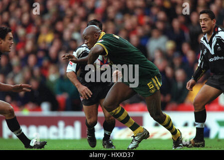 WENDELL SAILOR IN ACTION AUSTRALIA V NEW ZEALAND RUGBY LEAGUE WORLD CUP FINAL OLD TRAFFORD MANCHESTER 25 November - Stock Photo