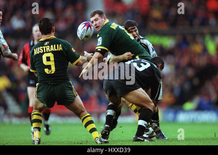 HINDMARSH PASSES TO FITLER AUSTRALIA V NEW ZEALAND RUGBY LEAGUE WORLD CUP FINAL OLD TRAFFORD MANCHESTER 25 November - Stock Photo