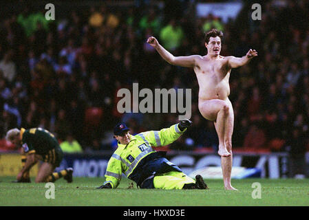 STREAKER AT WORLD CUP FINAL AUSTRALIA V NEW ZEALAND RUGBY LEAGUE WORLD CUP FINAL OLD TRAFFORD MANCHESTER 25 November - Stock Photo