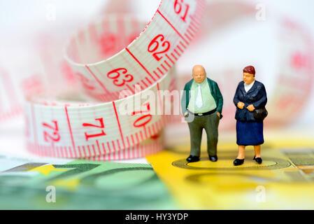 Senior citizens and dimension tape, symbolic photo Flexi pension, Senioren und Ma?band, Symbolfoto Flexi-Rente - Stock Photo
