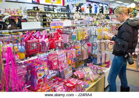 Caucasian teenage girl shopping for cute gifts for her friends, Motohakone, Hakone-machi, Kanagawa, Kanto, Honshu, - Stock Photo