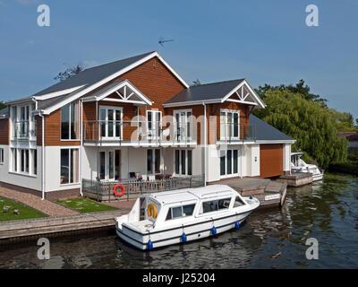 Large Modern Riverside Property with Mooring on the Norfolk Broads, Horning, River Bure, Norfolk, England, UK - Stock Photo