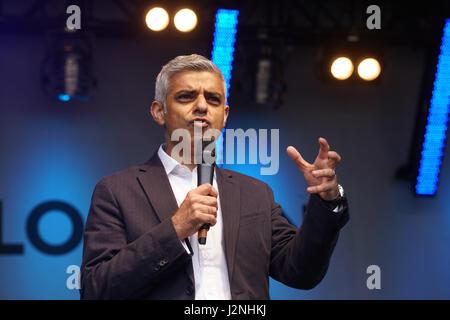 London, UK. 29th April, 2017. London Mayor Sadiq Khan addresses the crowds at the Indian Sikh pilgrims attended - Stock Photo