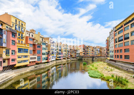 Colourful houses known as the Cases de l'Onyar, along the banks River Onyar in the old town of Girona, Catalonia, - Stock Photo
