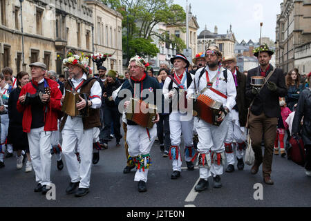 Oxford, UK. 1st May, 2017. A troop of Morris men lead the crowds celebrating May morning down the High Street from - Stock Photo