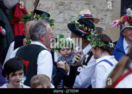 Oxford, UK. 1 May 2017. Crowds celebrate May Day in Oxford by festooning their hats with sprigs of flowers such - Stock Photo