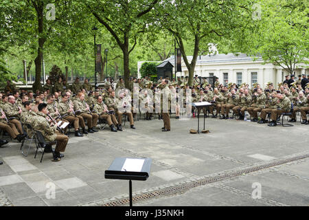 Practice makes perfect - Birdcage Walk, London, UK. 3rd May, 2017. Guards of the Massed Bands Household Division - Stock Photo