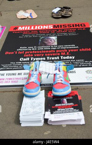 Westminster, London, UK. 12th May, 2017. Empty shoes for the missing millions outside UK health department, #Maction - Stock Photo